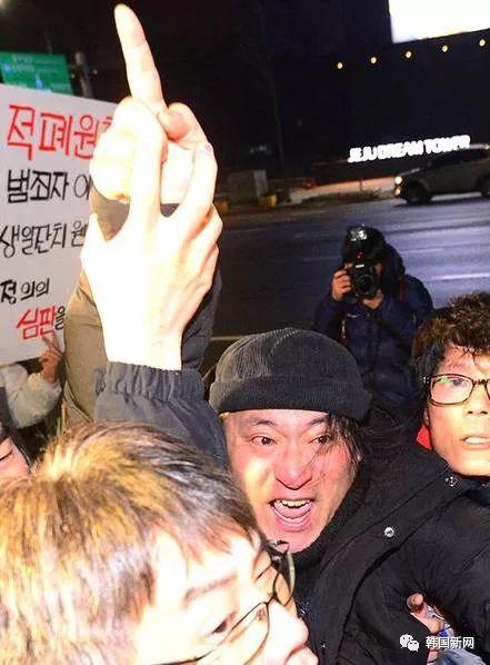 """男子扑向韩国前总统李明博 高喊""""你过来"""""""