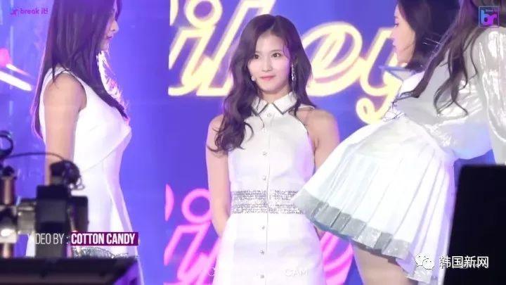 韩女团成员舞台上发饰滑落 秒塞进bra被赞专业