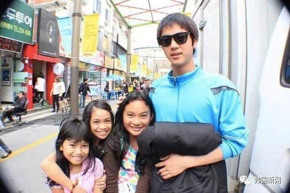 游客韩国与帅哥路人合照 6年后惊觉是防弹少年团的JIN