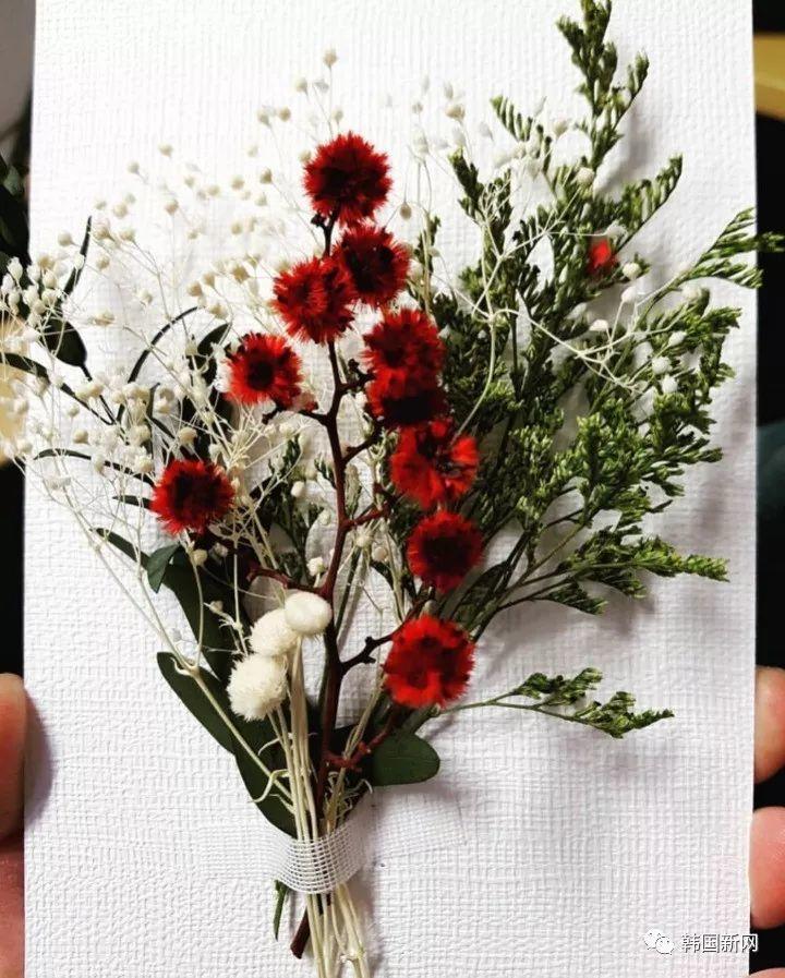 太阳闵孝琳婚礼请柬曝光 红白花点缀华丽典雅