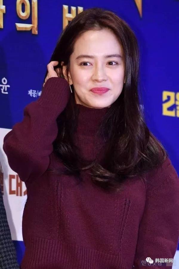 宋智孝穿红裙亮相《朝鲜名侦探3》VIP试映会