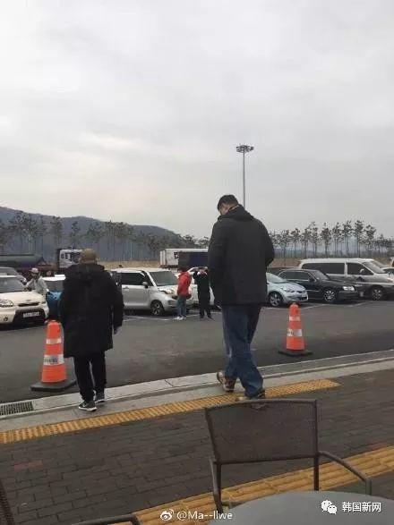 姚明现身韩国 网友:担心他坐车不舒服