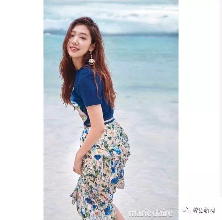 朴信惠杂志写真 露肩连衣裙显清纯