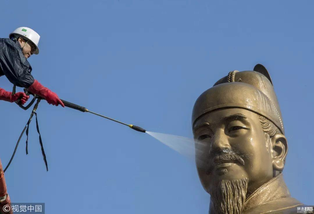 """韩国首尔为世宗大王铜像""""洗澡"""""""