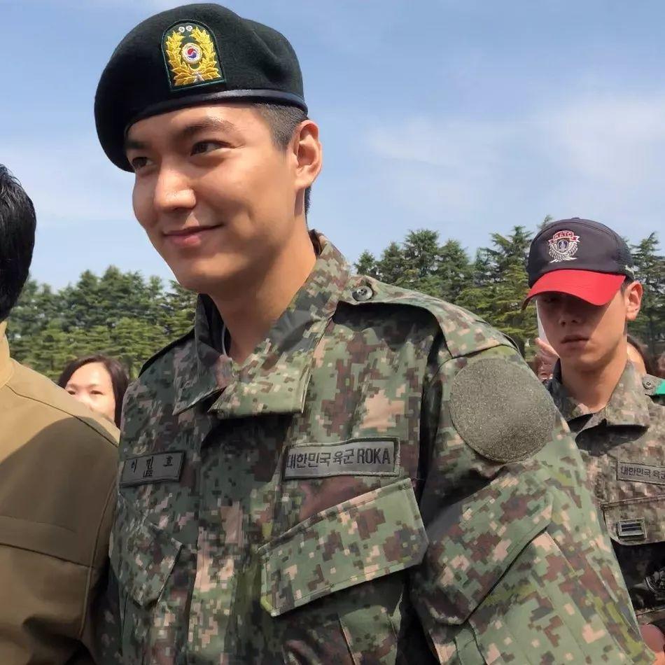 李敏镐军事训练结业 穿军装亮相变圆脸