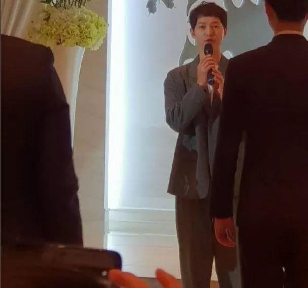 宋仲基撇宋慧乔单独出席婚宴 与新娘大胆对视