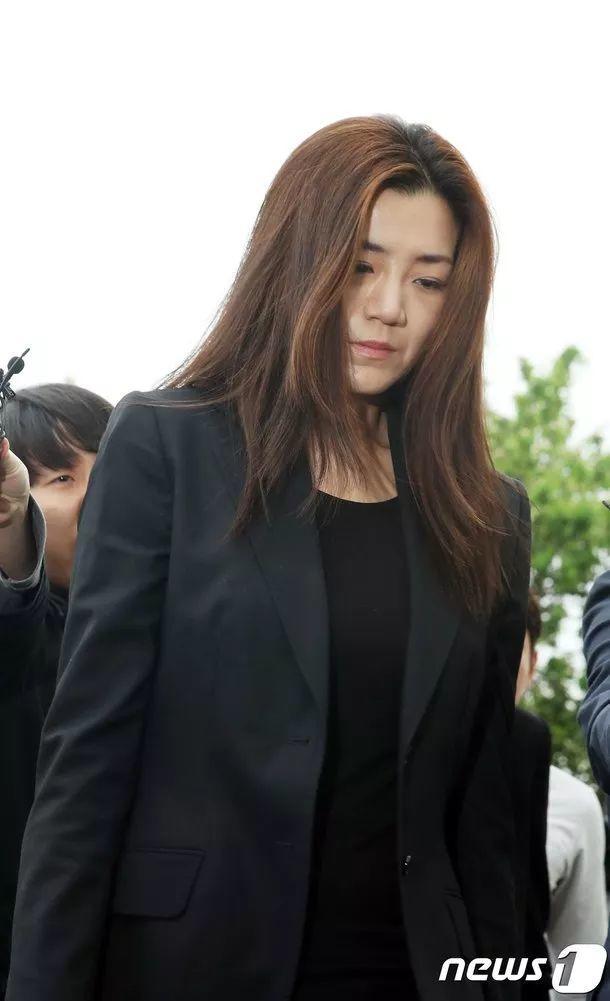 """大韩航空""""泼水门""""事件高管接受警方调查,低头向国民致歉"""