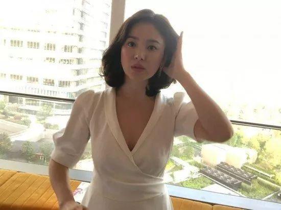 宋慧乔现身上海出席活动 白裙优雅端庄