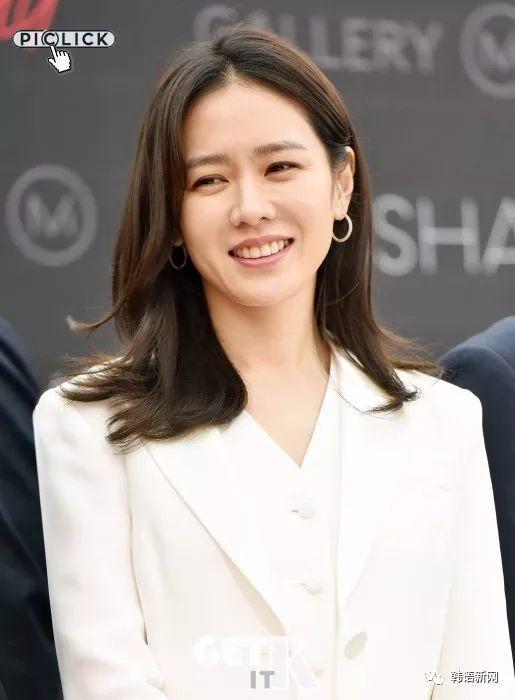 漂亮姐姐孙艺珍一身白西装亮相活动
