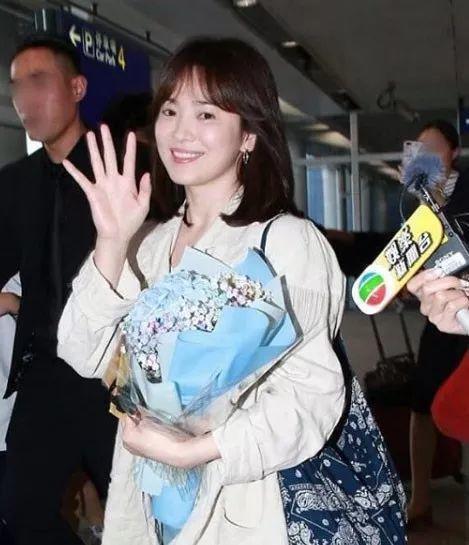 宋慧乔抵港参加活动 见粉丝热情挥手