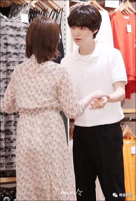 安宰贤&具惠善夫妇出席活动 甜蜜对视超恩爱