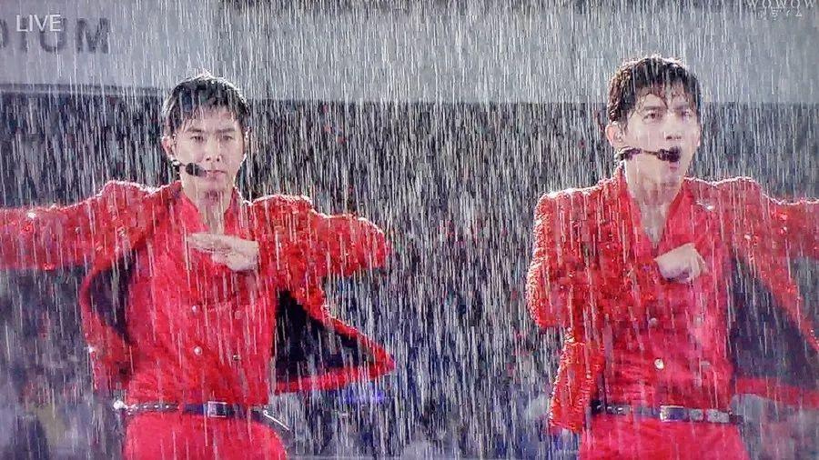 东方神起狂风暴雨中演出 湿身献零失误舞台