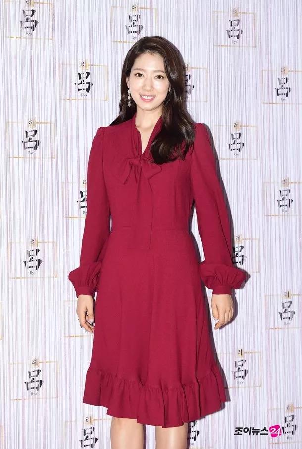 朴信惠红裙出席活动 笑容甜美