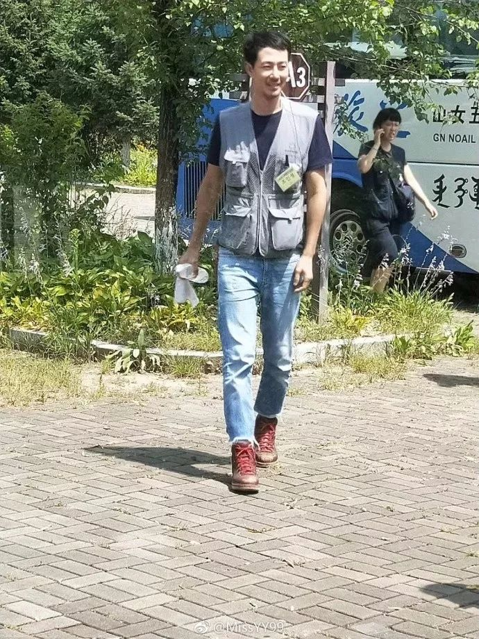 网友偶遇赵寅成跟团游吉林 戴鸭舌帽穿马甲长腿吸睛
