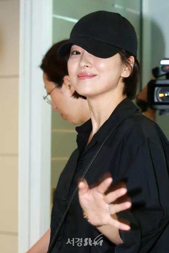 宋慧乔香港出席活动 挥手甜笑牛奶肌惹人羡