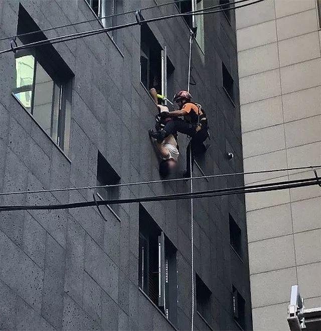 惊险!中国女子韩国酒店欲轻生 倒挂窗外40分钟获救